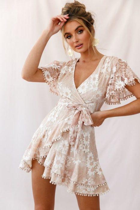 Chica posando con vestido a flores de mangas amplias estilo wrap
