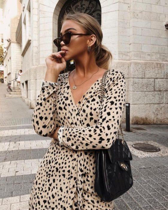 Chica llevando vestido estilo wrap con estampado animal print