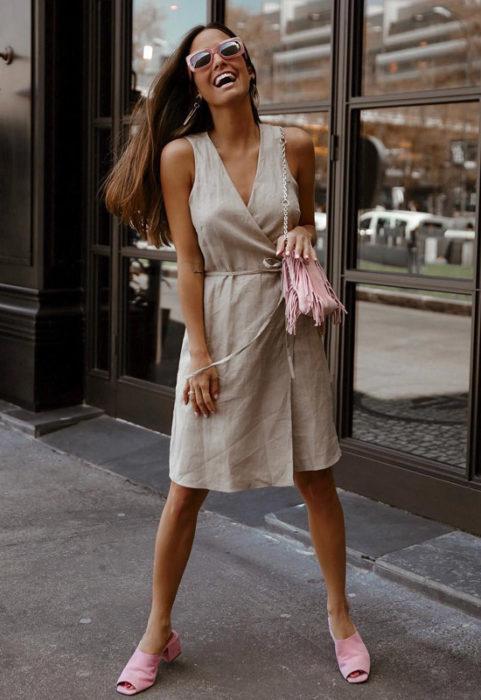 Chica con vestido estilo wrap en tela de gabardina color café claro