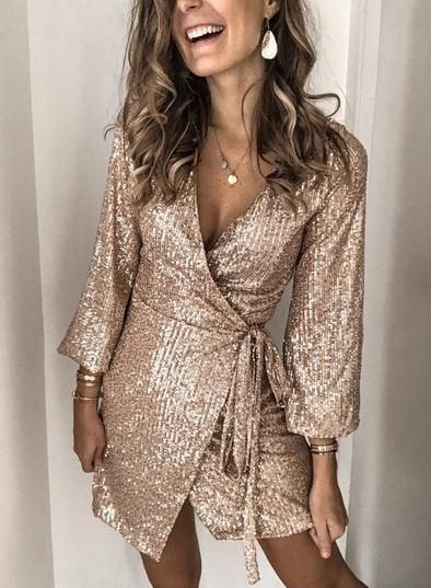 Chica con vestido estilo wrap en tono dorado