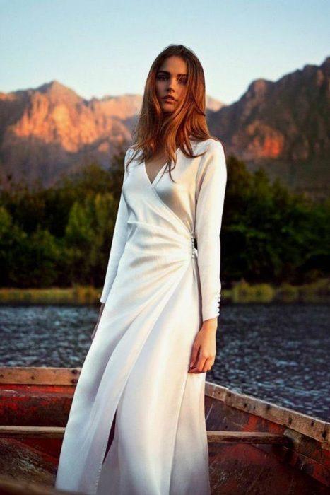 Chica posando con vestido largo hasta el tobillo color perla estilo wrap