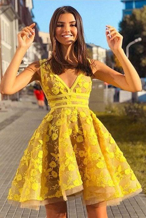 Chica usando prendas de color amarillo para la primavera 2020
