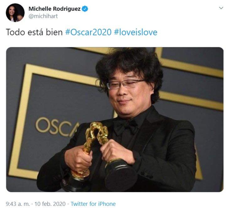 Captura de Twitter de Bong Joon-ho con sus Oscars