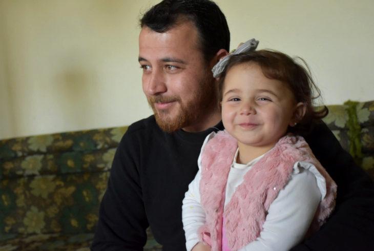 Abdullah al-Mohammad, padre sirio, enseña a su hija a reír cuando caen bombas