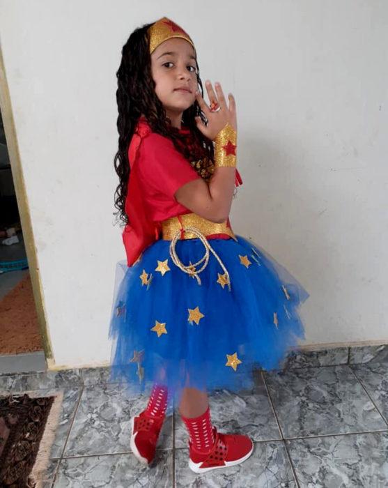 Papá le confecciona disfraz de la Mujer Maravilla a su hija