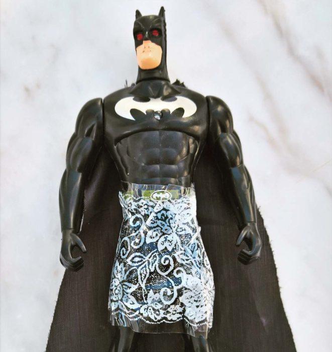 Muñeco de Batman pegado en la parte de la cintura con cinta estampada