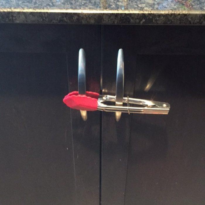 pinzas de cocina usadas para sujetar los cajones