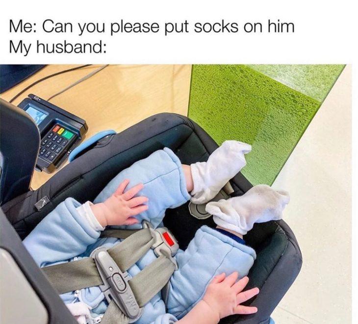 bebe sentado en su sillita y usando unas calcetas grandes