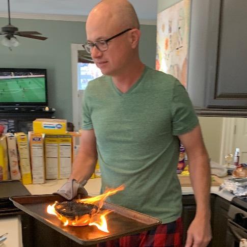 Papá cocinando un pastel que está en llamas