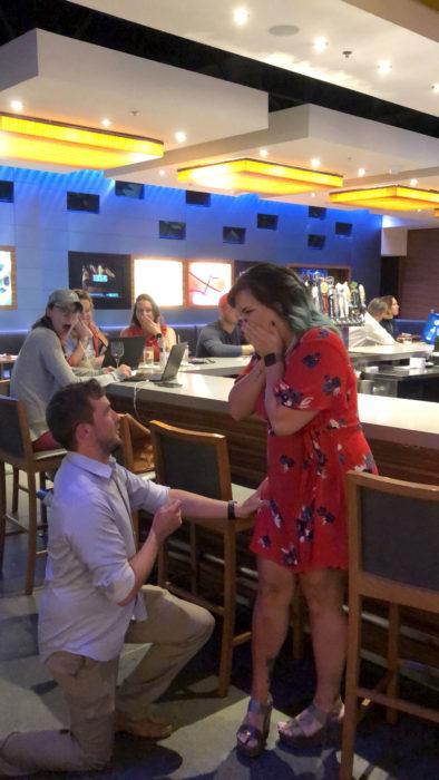 Pareja fingiendo propuesta de matrimonio en un restaurante,Corinne Miller y Adam Carroll