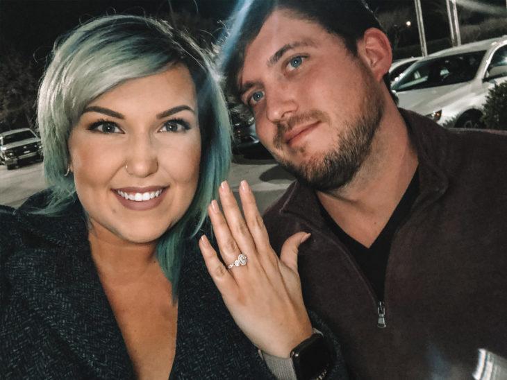 Pareja compartiendo fotos de su compromiso, Corinne Miller y Adam Carroll