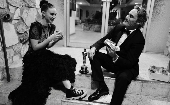 Joaquin Phoenix y Rooney Mara cenando hamburguesas