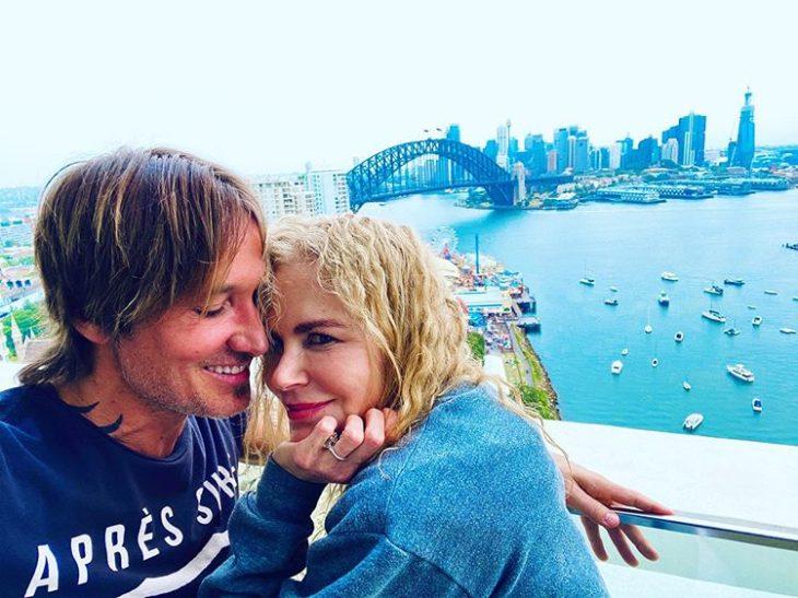 Nicole Kidman y su esposo posando en una foto mientras están en australia