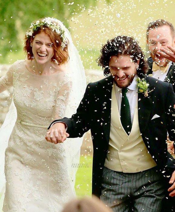 Leslie Rose y Kit Harrington tomados de las manos el día de su boda