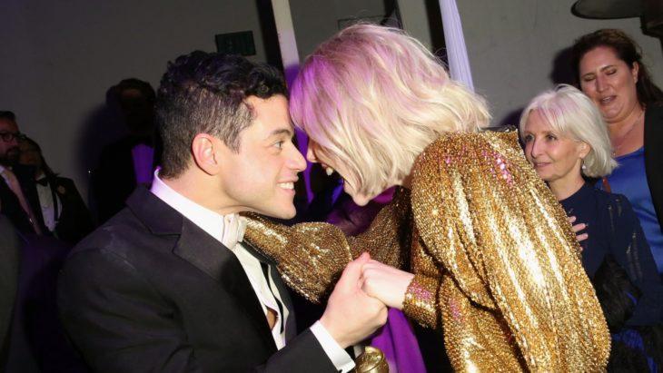 Rami Malek y Lucy Boynton viendose a los ojos emocionados