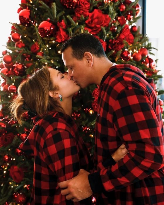 Jennifer Lopez y Alex Rodriguez besándose el día de san valentin