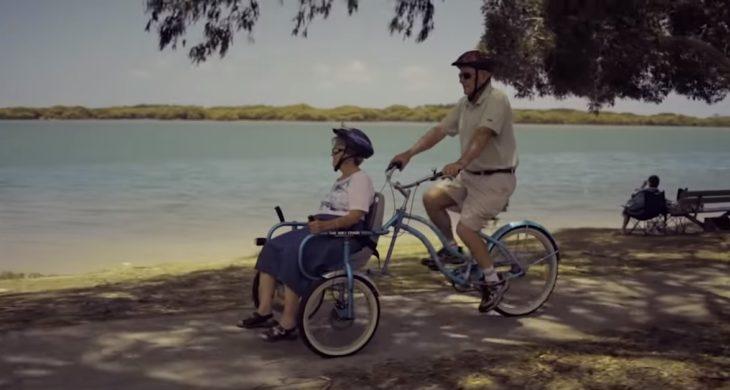 Bill y Glad paseando en bicicleta