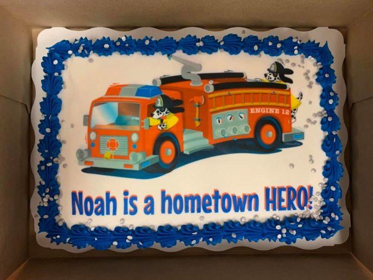 pastel que le dieron a Noah el departamento de bomberos