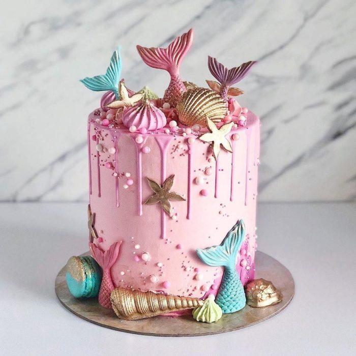 Pastel de fresa estilo sirena con detalles en pasta dura