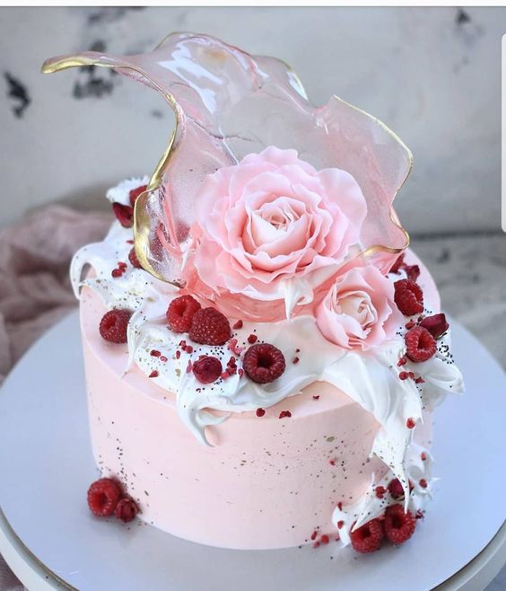 Pastel de frambuesa con caramelo efecto cristal
