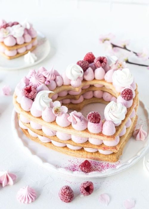Pastel de merengue de fresa y vainilla con galleta suave en forma de corazón