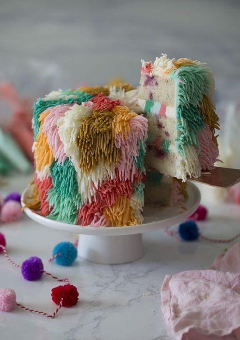Pastel con betún de colores efectos estambre