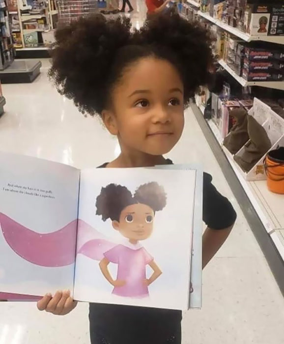Niña sosteniendo un libro infantil