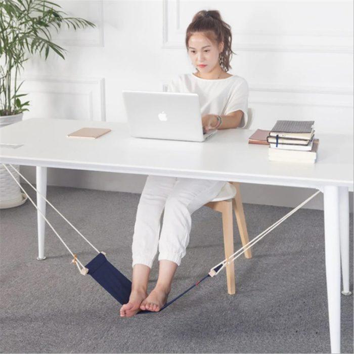 Hamaca para pies bajo un escritorio