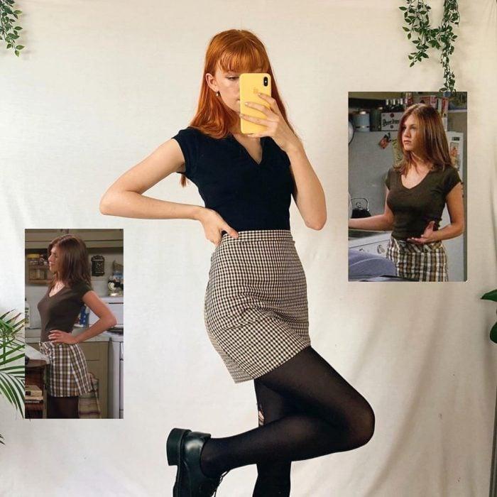 Outfit inspirado en Rachel de Friends usando una falda con estampado escoses en conjunto de blusa y medias negras