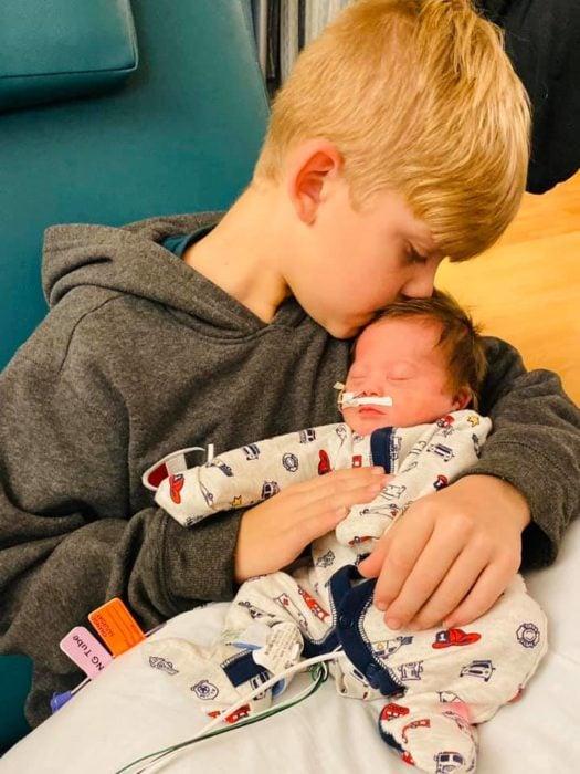 Rayce beándo a su hermanito Tripp cuando estaba en el hospital