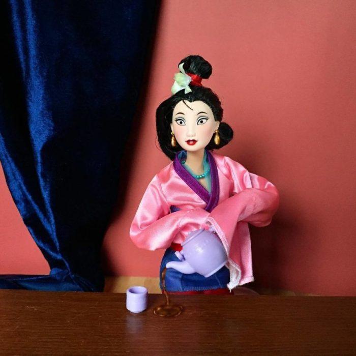 Muñecos Barbie utilizados para recrear la escena de Mulan a la hora del te