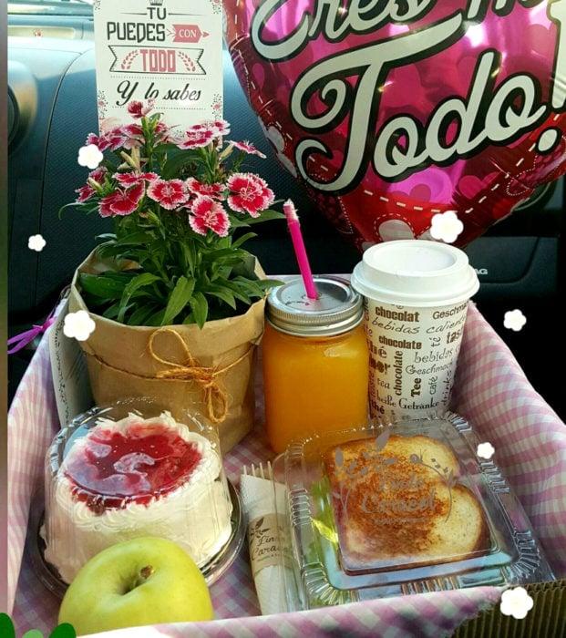 Regalos para darle a tu novio en San Valentín; desayuno sorpresa, glores, café, jugo, pastel, sándwich y manzana