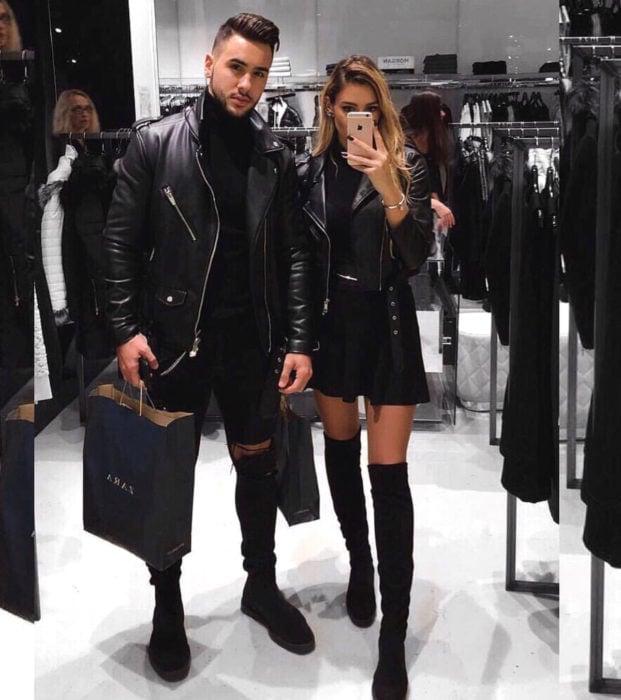 Regalos para darle a tu novio en San Valentín; pareja tomándose selfie frente al espejo de una tienda; ropa