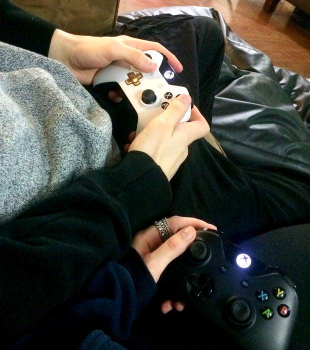 Regalos para darle a tu novio en San Valentín; videojuegos, pareja jugando, controles de Xbox