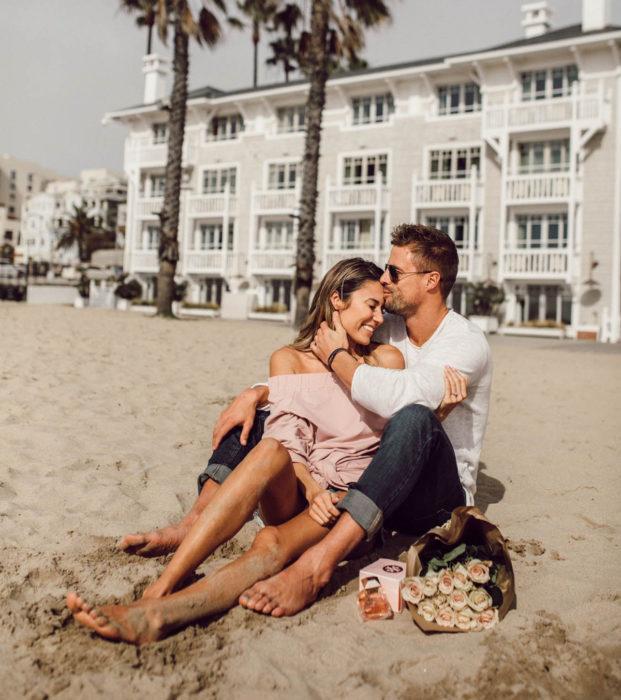 Regalos para darle a tu novio en San Valentín; pareja de vacaciones en la playa
