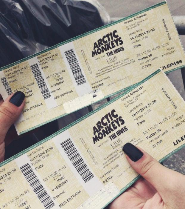 Regalos para darle a tu novio en San Valentín; boletos para concierto de rock, Arctic Monkeys