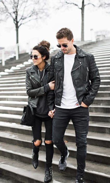 Pareja de novios caminando tomados de la mano y vistiendo de manera similar