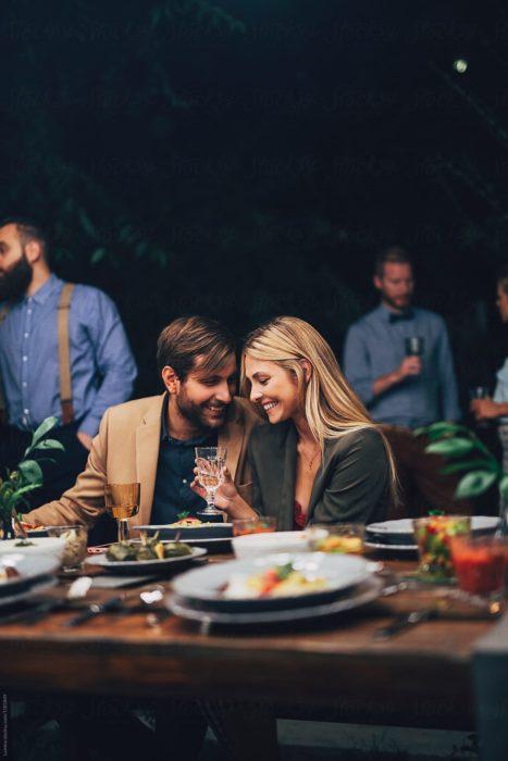 Pareja en cena romántica en un restaurante de lujo