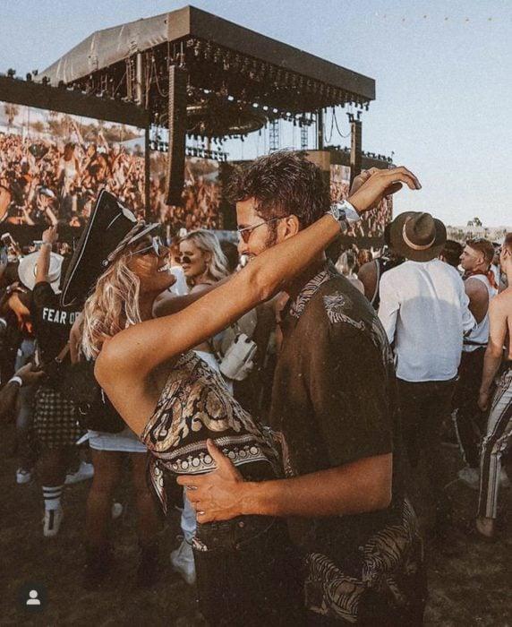Pareja abrazados en un concierto de rock