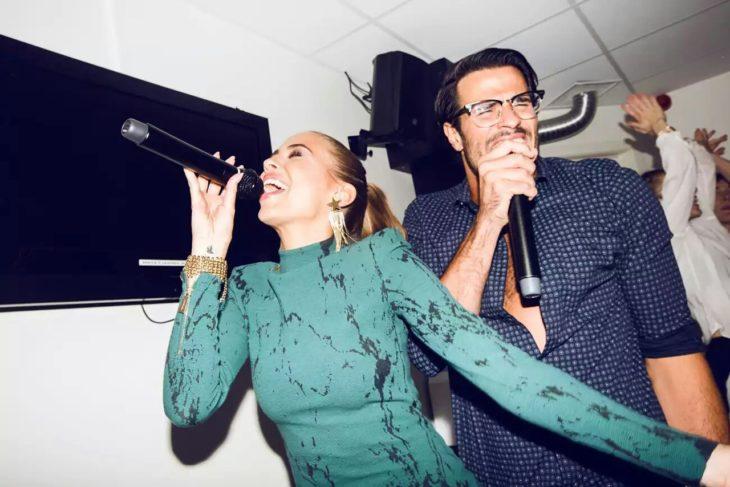 Pareja de novios cantando en karaoke