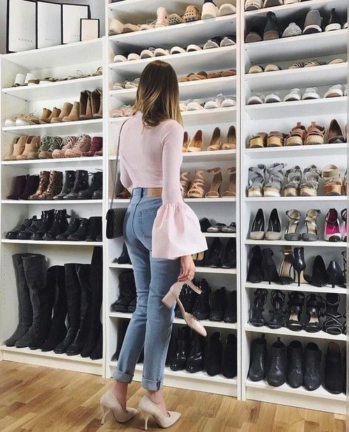 Chica buscando un par de zapatos en un armario