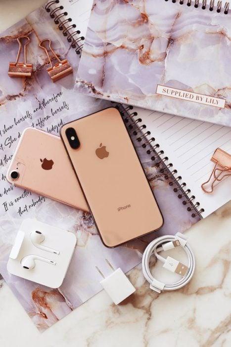 Celular iPhone sobre una mesa de marmol