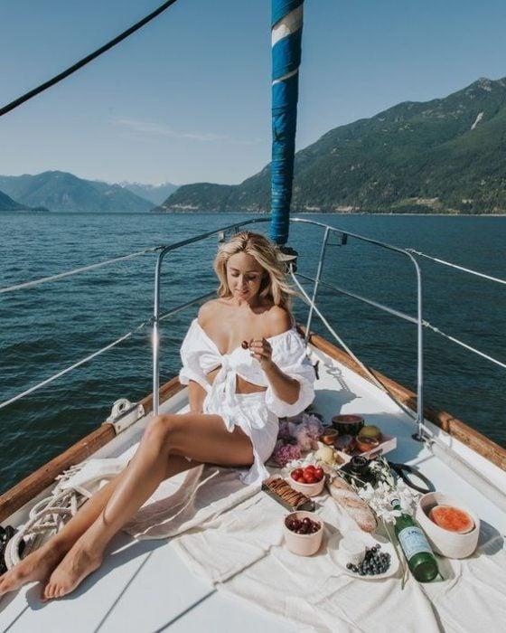 Chica comiendo en un crucero