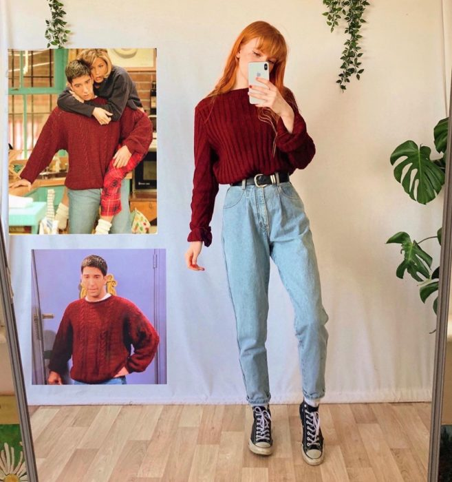 Outfit inspirado en Ross de Friends utilizando mom jeans, suéter holgado y converse