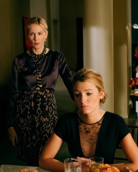 Escena de Gossip Girl, Serena esta triste mientras su madre le habla