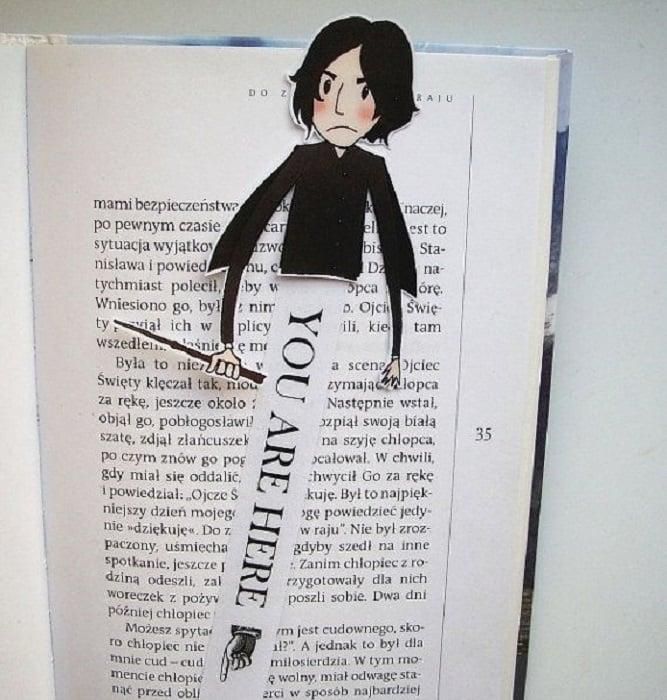 Separador de libros con la parte superior del cuerpo de Severus Snape y parte inferior con frase que señala en dónde dejamos la lectura