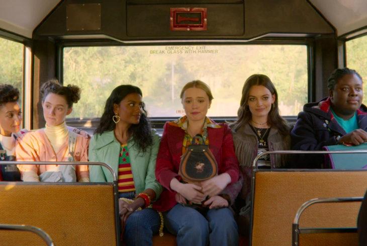 Sex Education, serie de Netflix; escena del autobús, Maeve, Ola, Aimee, Lily, Olivia y Viv