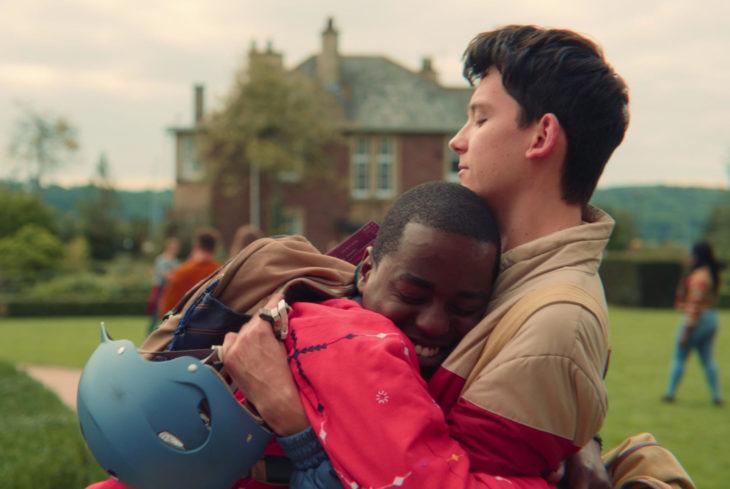 Sex Education, serie de Netflix; Otis y Eric abrazándose