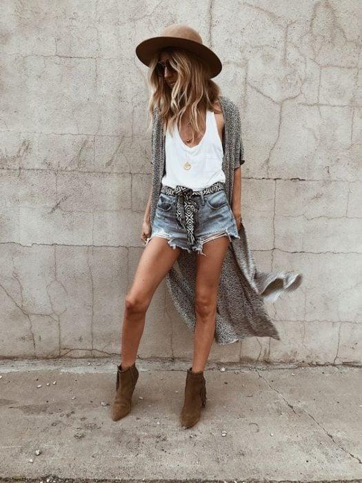 Short de mezclilla, blusa sin mangas blanca y ensamble largo color gris