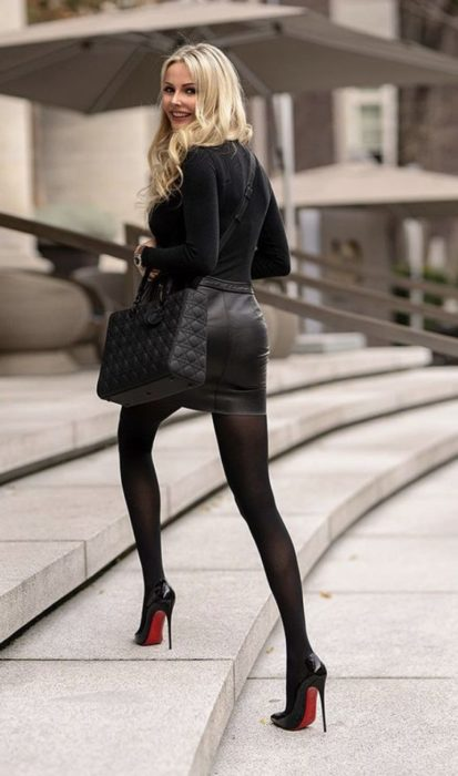 Chica usando tacones y un outfit total look black